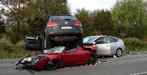 prius_tesla_toureg_crash