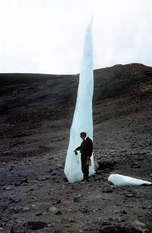 Dr. Lonnie Thomson: Am Kilimanjaro neben einer Eisspitze als Gletscherrest