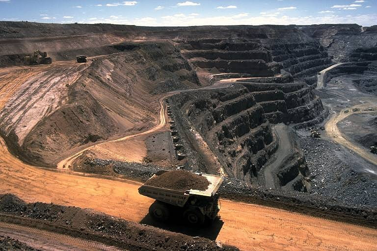 Open cut hard rock mining (Kalgoorlie, Western Australia) author Stephen Codrington source Wikimedia