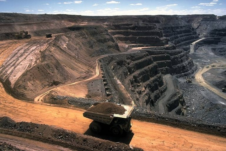 Open cut hard rock mining (Kalgoorlie, Western Australia) author Stephen Codrington source Wikimedia